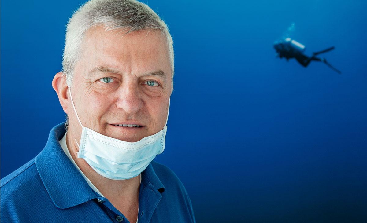 Dr. Jürgen Voigt, Portrait mit Mundschutz unter dem Kinn