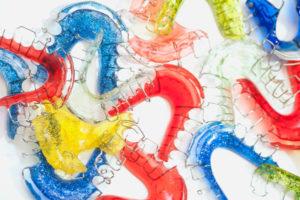 Bunt gefärbte, herausnehmbare Zahnspangen
