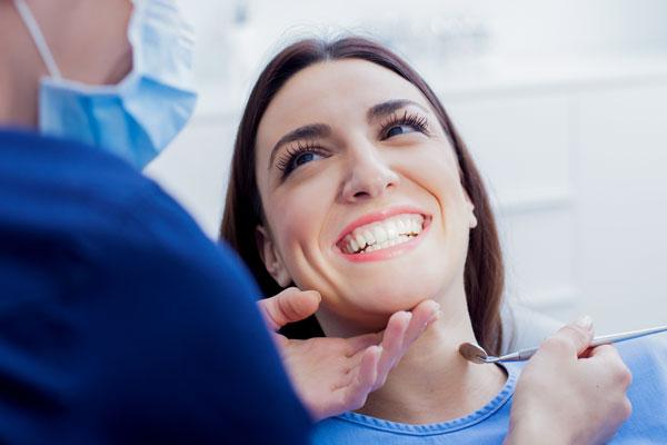Strahlende Zähne nach einer professionellen Zahnreinigung bei einer jungen Frau