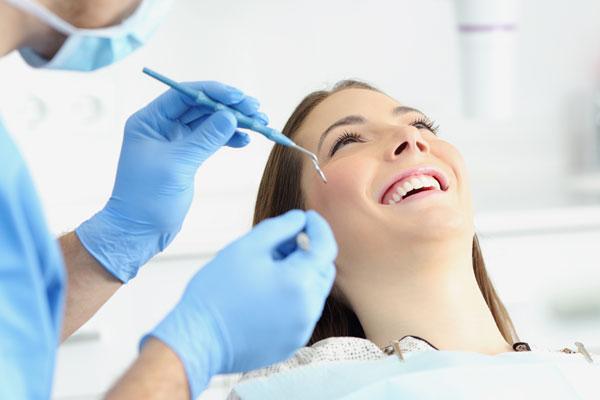 Zahnärztliche Vorsorgeuntersuchung bei einer jungen Frau