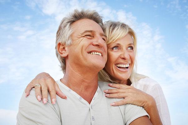 Älteres Paar mit hochwertigem Zahnersatz